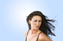 Wind in mijn haar, kijkt zij binnen aan de lens royalty-vrije stock fotografie