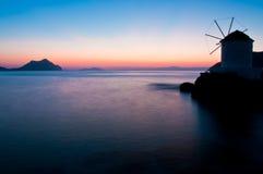 Wind molen bij zonsondergang Royalty-vrije Stock Afbeeldingen