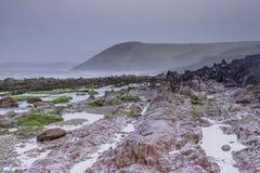 Wind op rotsachtig strand stock afbeeldingen