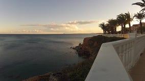Wind over het overzees van een promenade stock video