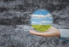 Wind powe in einer Hand Stockfotografie