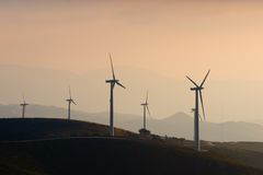 Wind-Turbine-Bauernhof lizenzfreie stockfotos