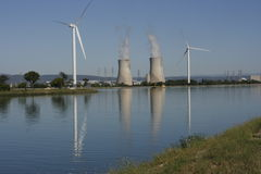 Wind-Turbine u. Kernkühlturm Stockfoto