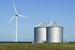 Wind-Turbinen und Silos Stockbild