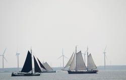 Wind voor het varen en windmolens Stock Afbeeldingen