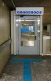 Winda dla niepełnosprawnej osoby w staci metru fotografia royalty free
