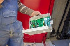 Winda technik przygotowywa winda pulpit operatora dla insta Fotografia Royalty Free