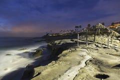 Windansea海滩和棕榈在晚上盖了棚子在拉霍亚圣地亚哥 库存照片