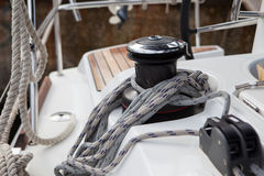 Windas en meertroskabels op een varend jacht Stock Fotografie
