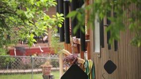 Windchimes que sopla en el viento almacen de metraje de vídeo