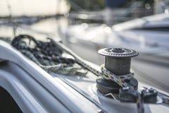 Winde mit Linie auf einem Segelboot mit weißem Hintergrund Stockfotografie