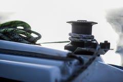 Winde mit Linie auf einem Segelboot mit weißem Hintergrund Lizenzfreies Stockbild