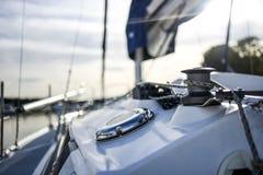 Winde mit Linie auf einem Segelboot mit weißem Hintergrund Stockfotos