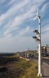Windelektrizitätsgenerator durch Straße Stockbilder
