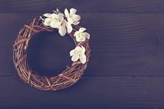 Winden Sie mit Frühlingsblumen auf einem dunklen hölzernen Hintergrund Lizenzfreies Stockbild