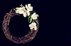 Winden Sie mit Frühlingsblumen auf einem dunklen hölzernen Hintergrund Lizenzfreie Stockbilder
