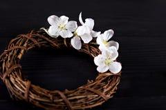 Winden Sie mit Frühlingsblumen auf einem dunklen hölzernen Hintergrund Lizenzfreies Stockfoto