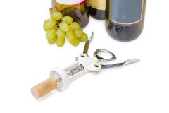 Winden Sie sich mit synthetischem Weinkorken auf einem hellen Hintergrund Lizenzfreie Stockfotos