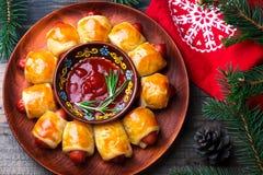 Winden Sie von den Wurstrollen in einem Weihnachtsdekor lizenzfreie stockfotos