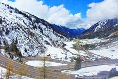 Windende de bergenweg van Alpen Royalty-vrije Stock Afbeeldingen