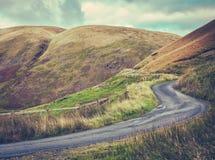 Windende Heuvelweg in Schotland Stock Foto's