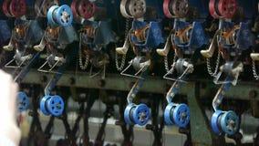 Windende machine en textiel-Machine in verrichting Arbeiders die op workshop winden stock video