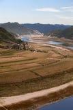Windende rivier rond een dorp Royalty-vrije Stock Foto's