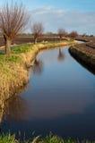Windende sloot in een Nederlands polderlandschap stock foto's