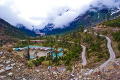 Windende Straßen auf dem Weg zum Gurudongmar See, Sikkim, Indien Ein Armeelager inmitten der rauen Natur, die Indien schützt stockfoto
