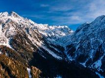 Windende weg in bergen van de Alpen van Italië Zonnige dag Lucht hoogste mening royalty-vrije stock afbeeldingen