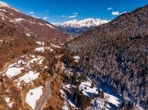 Windende weg in bergen van de Alpen van Italië Zonnige dag Lucht hoogste mening royalty-vrije stock afbeelding