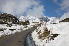 Windende Weg in de Franse Alpen in de Winter royalty-vrije stock foto
