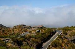 Windende weg in de groene bergen Stock Afbeeldingen