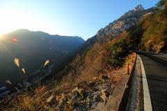 Windende weg en Zonsondergang van berg royalty-vrije stock afbeelding