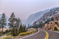 Windende weg langs berghelling stock afbeelding