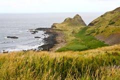 Windende weg langs Ierse Kust, Noord-Ierland Stock Afbeelding