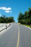 Windende weg over een heuvel Royalty-vrije Stock Foto's