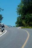Windende weg over een heuvel stock foto's