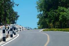 Windende weg over een heuvel royalty-vrije stock foto