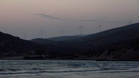 Windenergie dichtbij het Egeïsche overzees stock footage