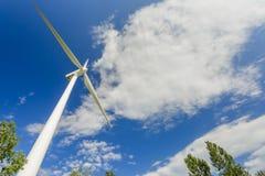 Windenergie die posten in het park produceren stock afbeelding
