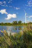 Windenergie die posten in het park produceren Stock Afbeeldingen