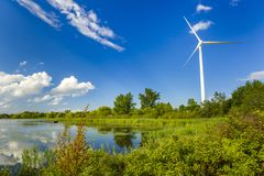 Windenergie die posten in het park produceren stock foto