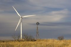 Windenergie neu u. alt Stockfotografie