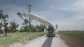 Windenergie, schwerer Transport von Läuferschaufeln stock video