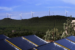 Windenergie und Sonnenenergie Lizenzfreie Stockfotografie