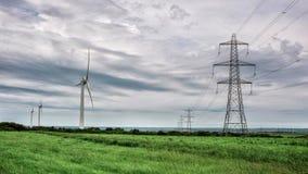 Windenergie- und -strommasten Stockbild