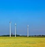Windenergie wowers, die auf dem Gebiet stehen Stockfotografie