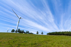 Windenergiegenerator op de weide Stock Foto