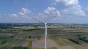 Windenergieinstallatie, duurzame energie, lucht stock footage